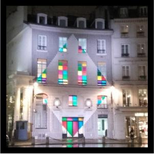 La galerie Aveline, sur la place Beauvau à Paris, a été redécorée par l'artiste Daniel Buren. Un bel exemple d'art insolite et urbain.